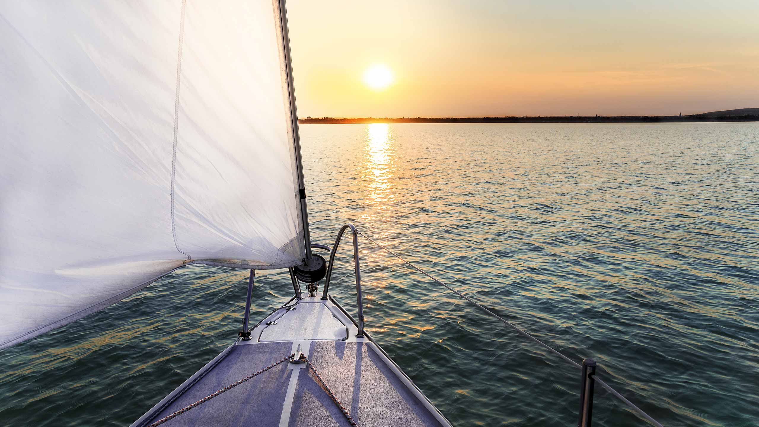 sailing-boat-cruising-into-sunset